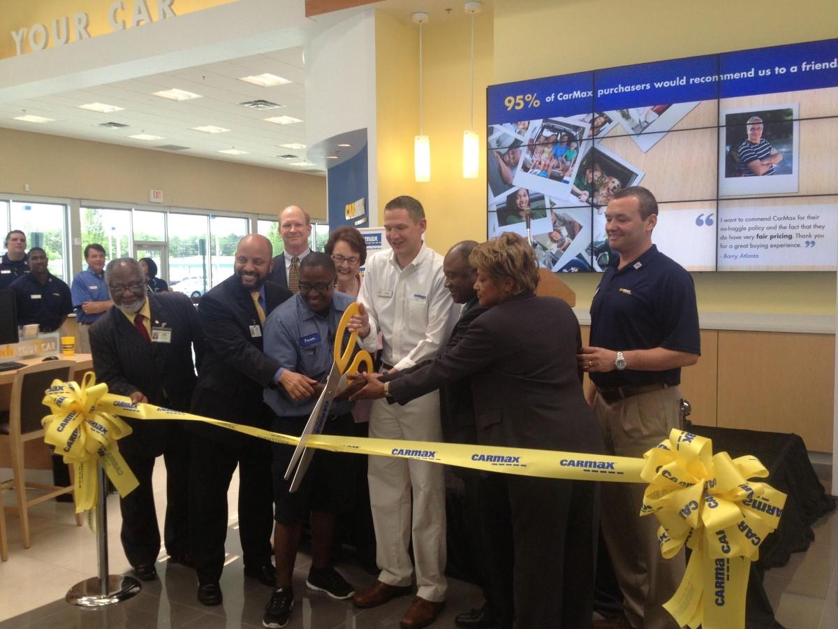 Carmax staff is cutting ribbon in celebrate grand opening