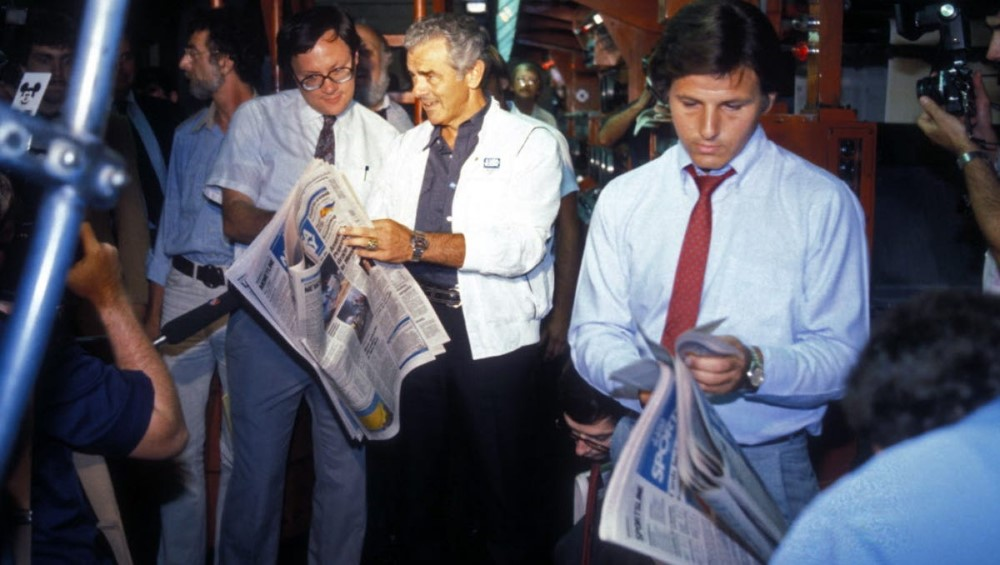 readers read newspaper in the early days