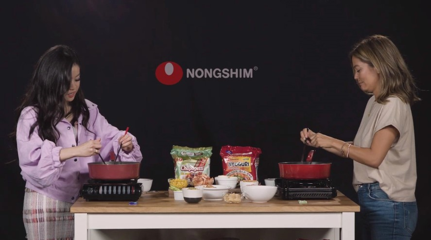 Celebrities cooks noddles from Nongshim products