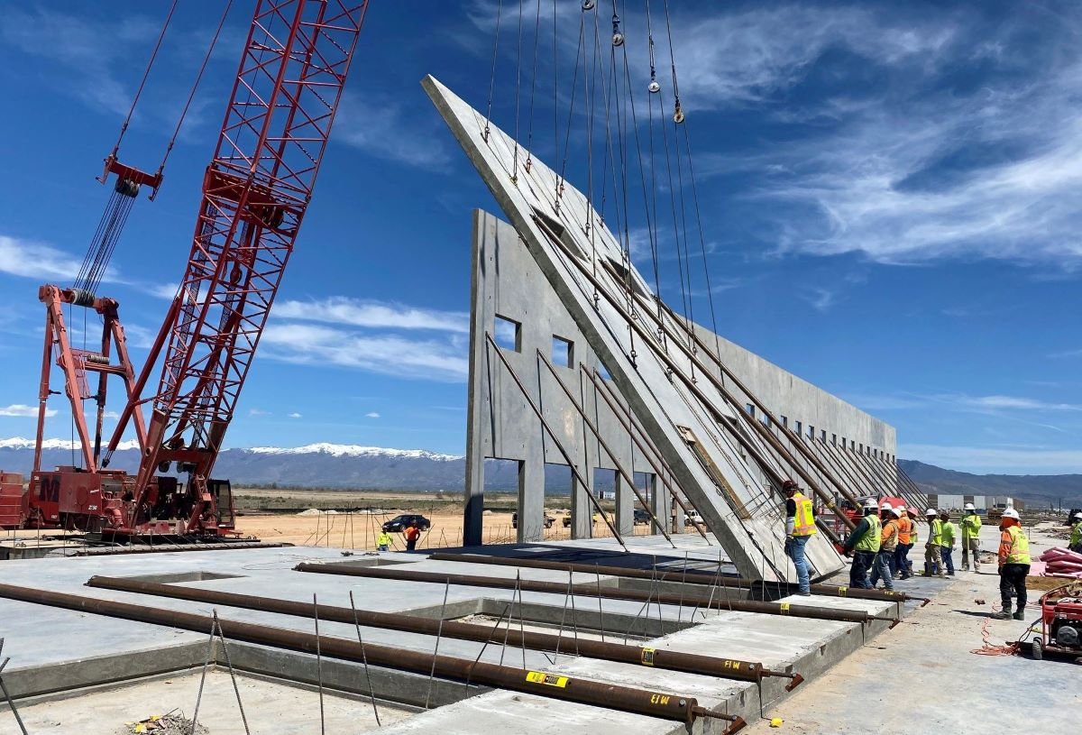 R&O Construction engineers and staff assemble big box retail project